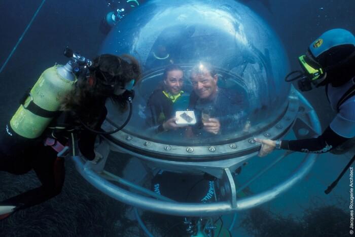 Go in an underwater submersible