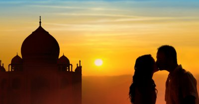 a couple in front of taj mahal