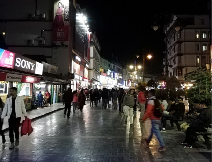raom around the streets at night