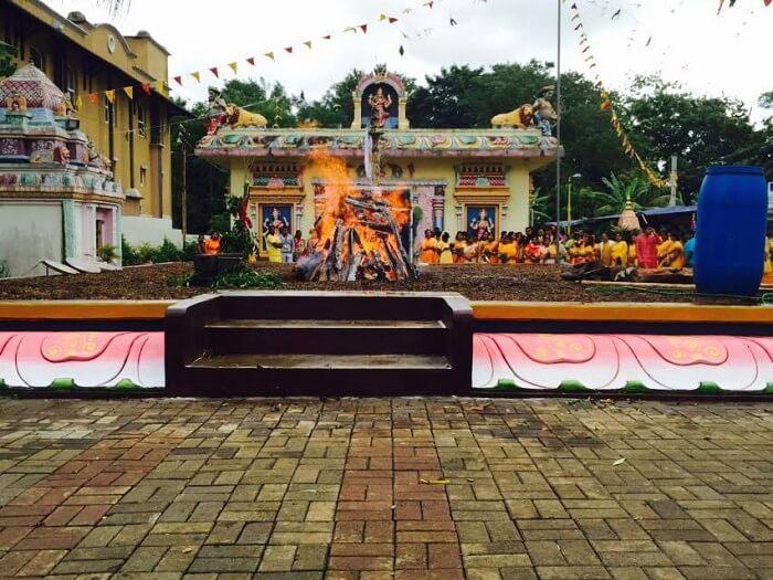 devotees outside kovil plan temple